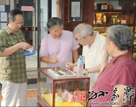 原故宫博物院古玺印专家叶奇峰夫妇在藏珍馆金石厅观看古玺印藏品